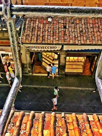 Corridoio Vasariano: Looking down at the Ponte Vecchio like a Medici