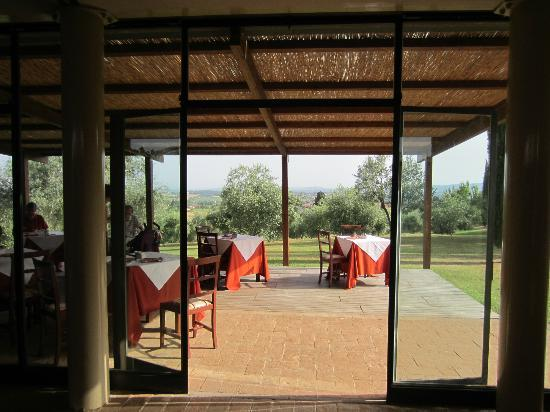 Relais Castel Bigozzi: Looking out from the dining area onto the terrace.