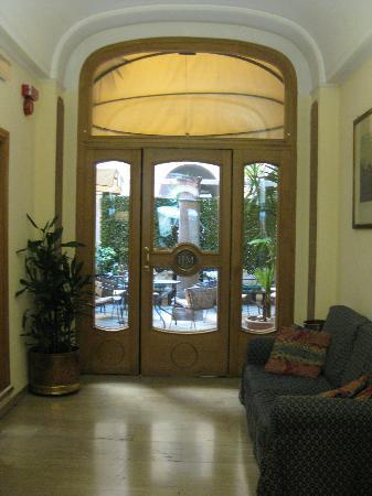 Hotel Medici: Bahçe girişi