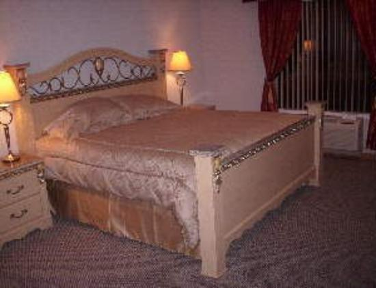Chateau Royale Inn: Guest Room