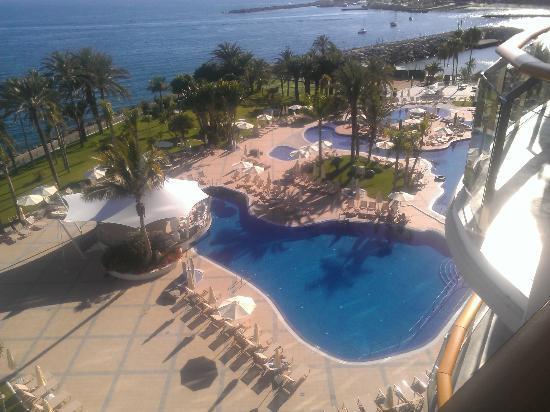 Radisson Blu Resort, Gran Canaria: Heated pool & Sea water pool on the right