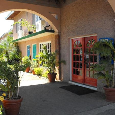 Bar-B-Barn: Exterior