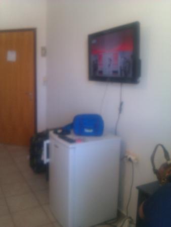 Hotel Akti Corali: frigo pulito e capiente, tv lcd grande