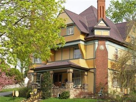 The Queen - A Victorian Bed and Breakfast: exterior front