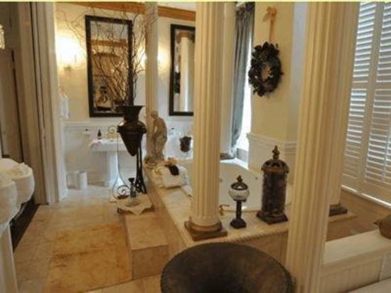 The Olde Savannah Inn: Guest Room -OpenTravel Alliance - Guest Room-