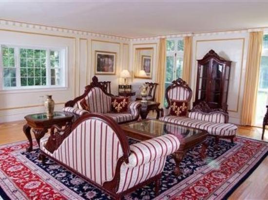Nightingale Inn: Living Room