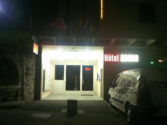 Abaca Hotel: entrée de l'hotel le soir