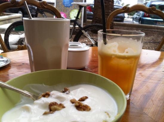 Nuevo Rokoko : latte, orange juice and yoghurt