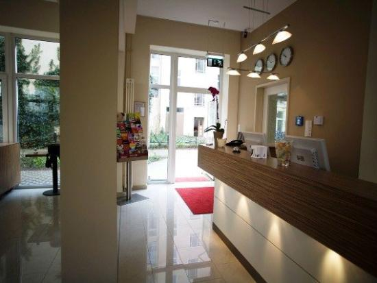 nu hotel berlin: Reception Area