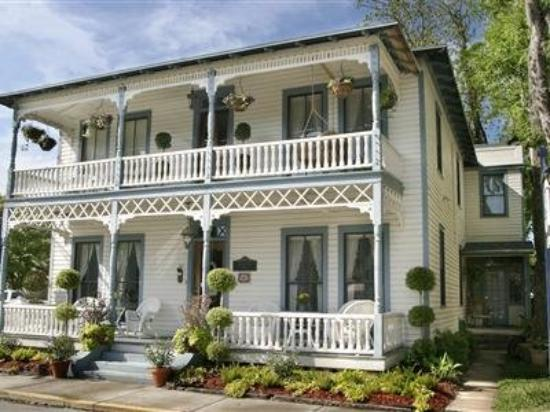 Carriage Way Bed & Breakfast: Exterior