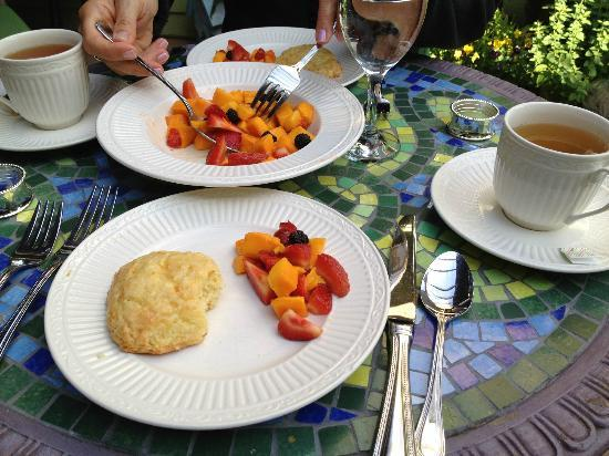 Hartzell House Bed and Breakfast: Amazing scones and fresh fruit
