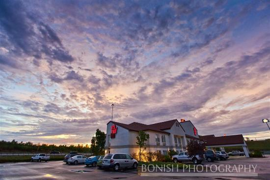 Red Roof Inn London I-75: Looking at the Red Roof Inn from the Parking Lot with a Great Sunset filling the sky