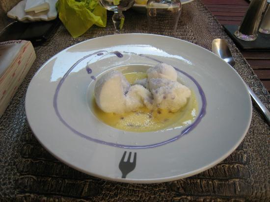 La Pomme d'Amour: ile flotante a la coco et sirop de lavande.