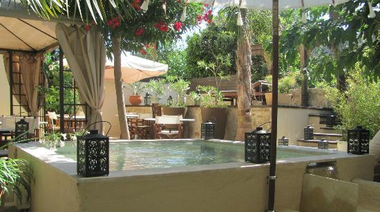 Spirit of the Knights Boutique Hotel: Courtyard with water feature (jacuzzi in background). This is where breakfast is served.