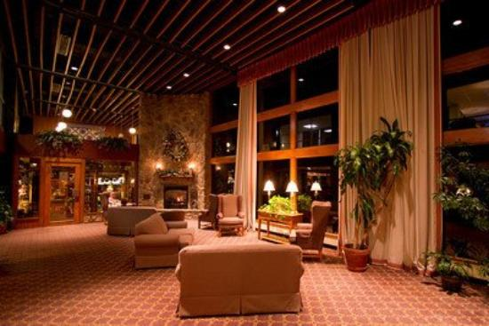 Pipestem Resort State Park Lodge: Lobby