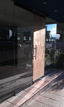 City Park Hotel: Entrance door to the front reception