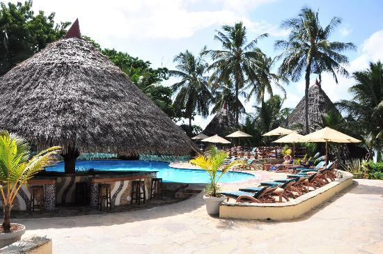 Pinewood Beach Resort & Spa: pool mit Poolbar