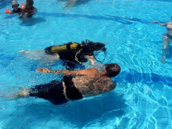 Pothos Apartments: Taster Scuba session with Colin in the pool