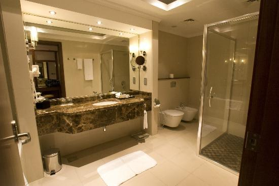 Park Regis Kris Kin Hotel: Huge luxury bathroom