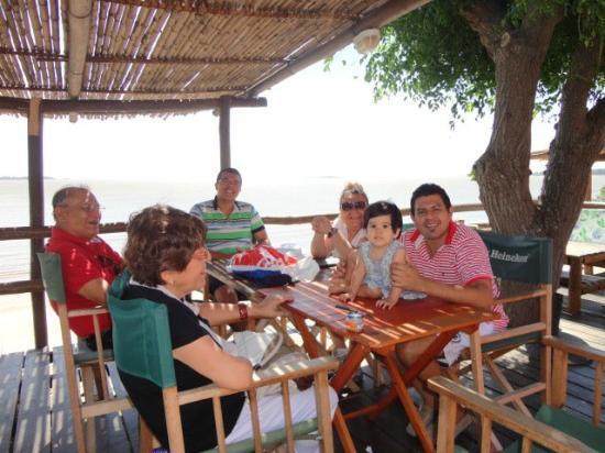 Puerto Tranquilo Restobar: la familia disfrutando