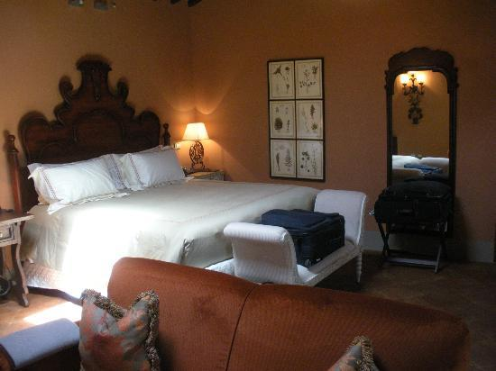 Castello di Casole Private Estate & Spa: Beautiful room with fresh flowers