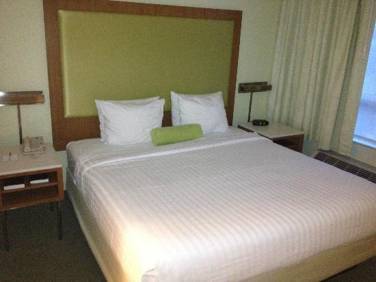 SpringHill Suites Miami Airport South: Bed in standard suite