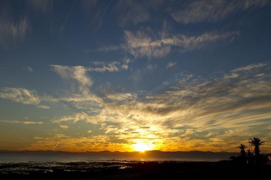 Dolphin Inn Guesthouse, Mouille Point: Sunrise over ocean in front of guest house.