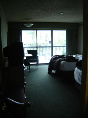 Banff Park Lodge Resort and Conference Centre: Two queen beds, lots of room and a balcony