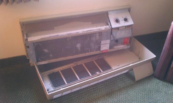 Clarion Hotel & Conference Center : Broken AC with cover on floor