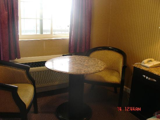 Travelodge Atlantic City: Breakfast Tables near windo