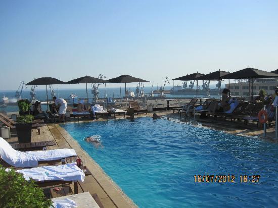 pool am dach mit hafenblick bild von the met hotel thessaloniki tripadvisor. Black Bedroom Furniture Sets. Home Design Ideas