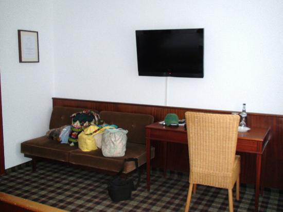 Gasthaus Zum Sonnenwirt: Sofa and desk