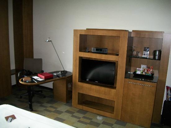 لو جيرماين هوتل تورونتو: Small desk and entertainment unit 