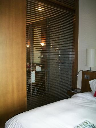 Hotel Le Germain Toronto: Large shower with view into the room
