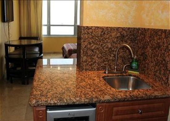Design Suites Miami Beach: ROOM 1424 KITCHEN AREA