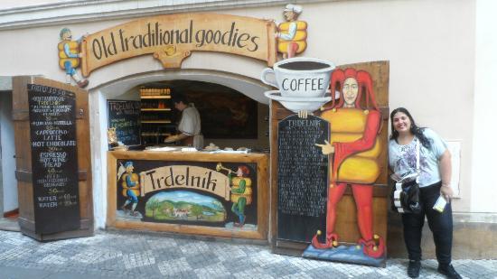 Clementin Old Town: Local de trdelnik al lado del hotel, hace que la atmosfera huela a pan con azucar!!