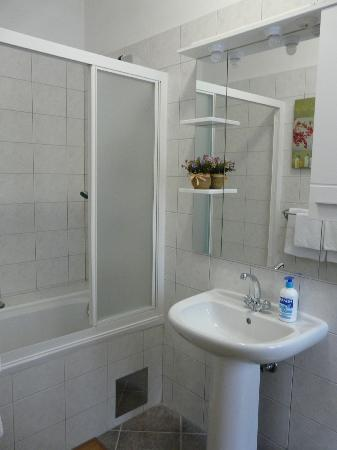 Villa Mandolina Apartments: Baño