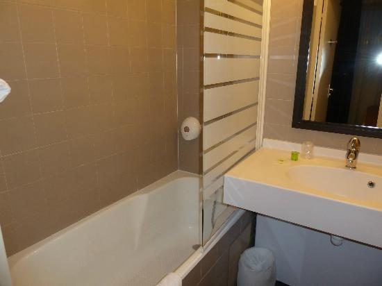Ibis Styles Nantes Centre Place Royale : Bathroom