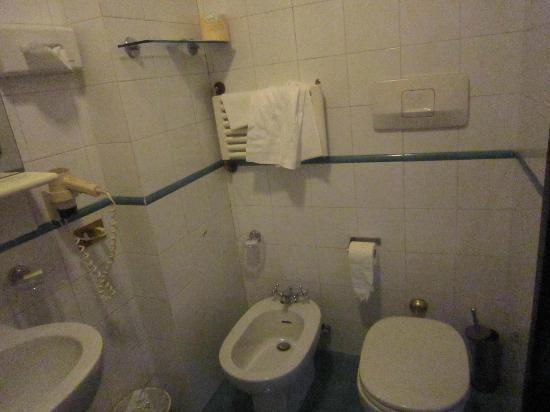 Mentana Hotel: Baño