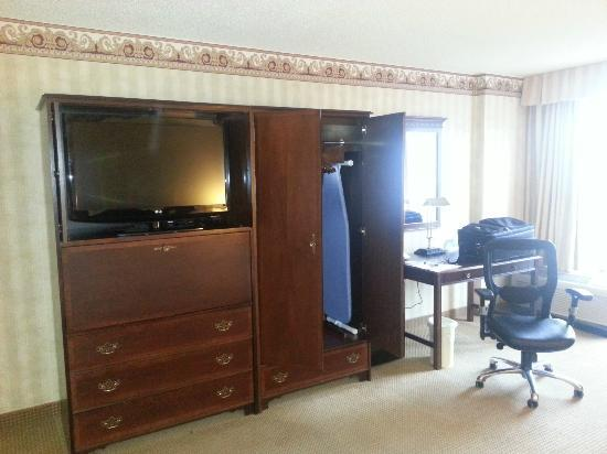 Crowne Plaza Houston - Brookhollow: Room 200 - armoire