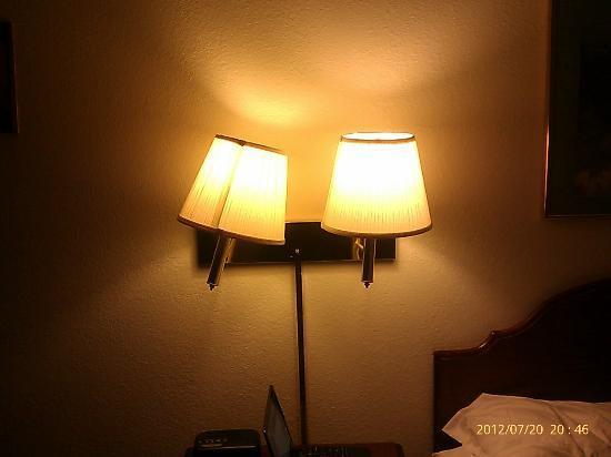 Super 8 Woodstock : Yellowed Lamp shades & walls