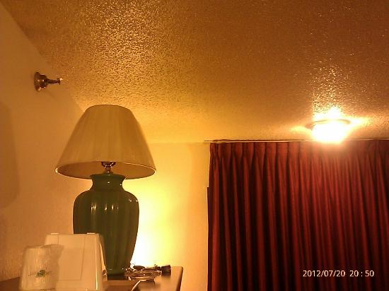 Super 8 Woodstock: Yellowed Ceiling & Walls