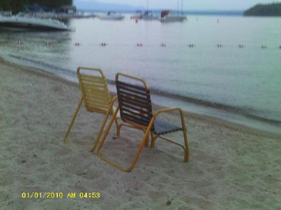 Ames Farm Inn : chairs on the beach