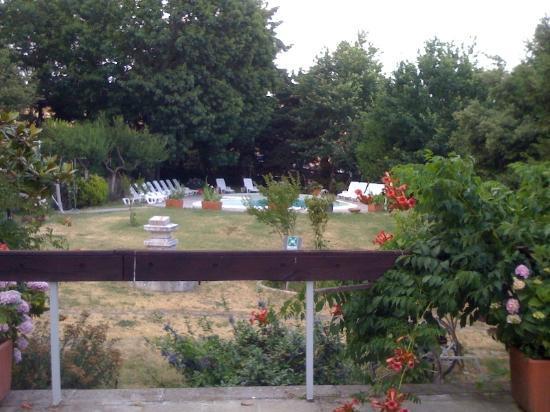 Albergo Erosa - See and ski Tuscany: Vista sulla piscina dal ristorante