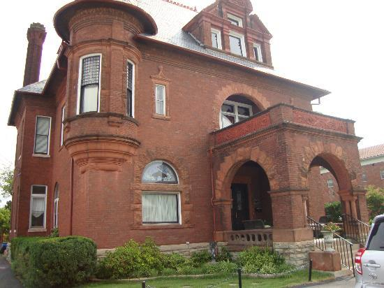 The Bennett House Bed and Breakfast: Beautiful old building
