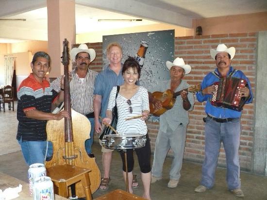 Las Flores Beach Resort: Saloon Musicians