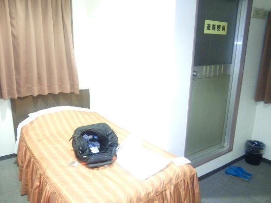 Hotel Kawase : ベッドの横に非常口