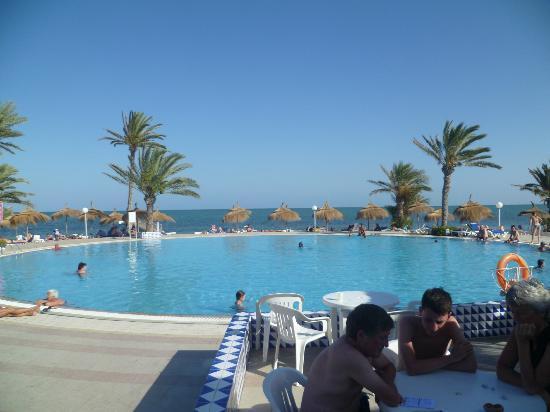 El Mouradi Djerba Menzel : piscine vue sur mer