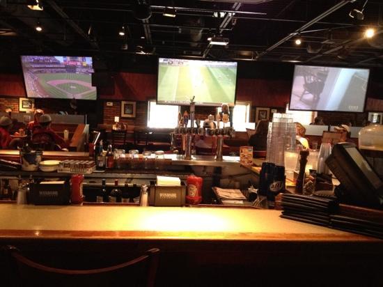 Joe Senser's Sports Grill: bar and big screens