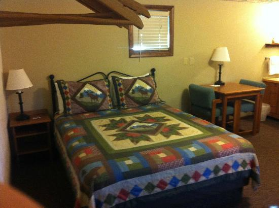 Alpine Motel : One of Two Queen Beds in the room